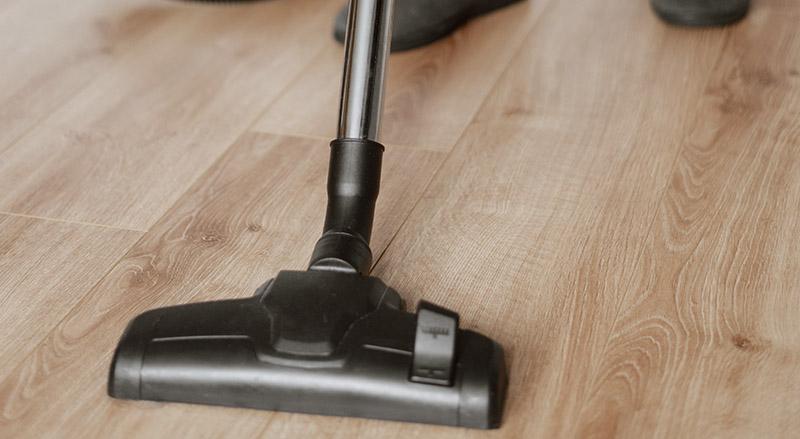 Cómo limpiar los suelos de madera paso a paso